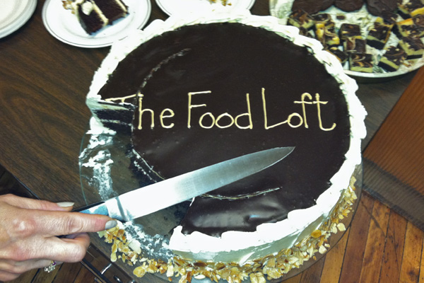 slicing-knife-cutting-cake