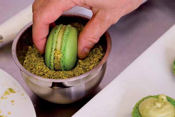 pistachio buttercream frosting macaron filling